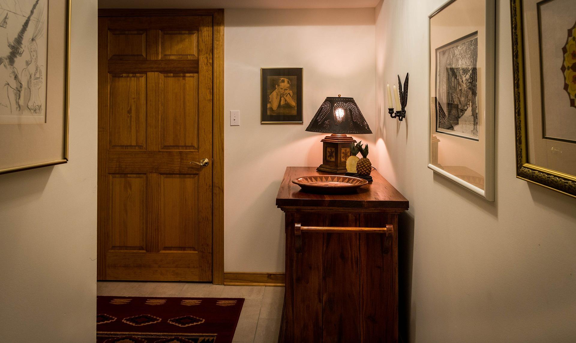 Meble do przedpokoju – jak w małym pomieszczeniu połączyć estetykę i funkcjonalność?